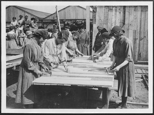 (367) D.2842 - Crowd of women carpenters who work for Government contractors in France
