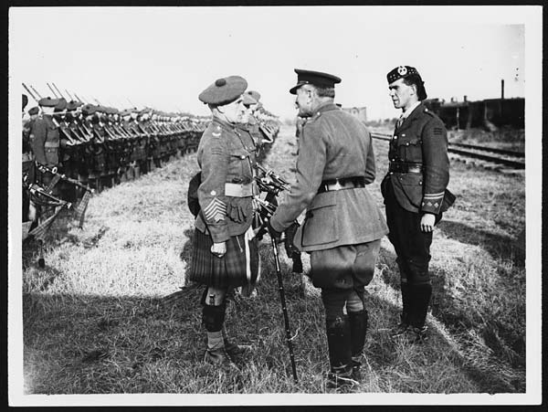 (6) D.3263 - Field Marshal Sir Douglas Haig talking to a Sergt. Major of the Gordon Highlanders who formed the Guard of Honour